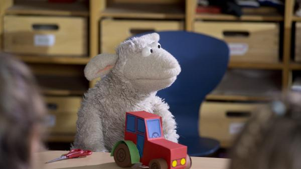 Wolle bastelt in der Schule. | Rechte: NDR/Sesame Workshop