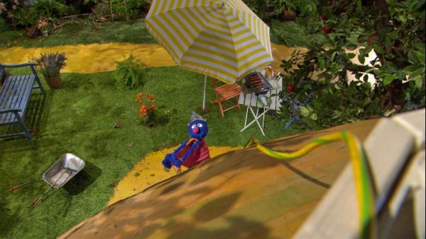 Supergrobi will einen Blitzableiter bauen.   Rechte: NDR/Sesame Workshop