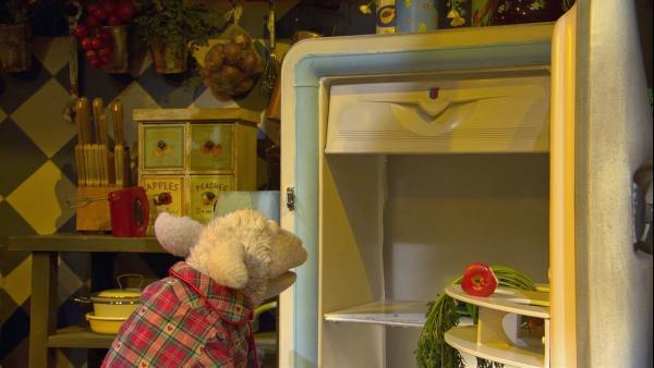 Der Kühlschrank ist schon wieder leer. Wolle ärgert sich, weil er sich immer um alles kümmern muss. | Rechte: NDR/Sesame Workshop