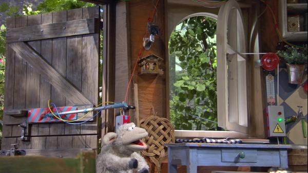 Zuerst funktioniert Wolles Konstruktion super, doch dann gerät alles irgendwie durcheinander. | Rechte: NDR/Sesame Workshop