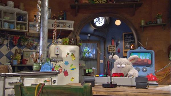 Wolle rüstet die Wohnung mit jeder Menge Technik aus. So wird alles von einem Computer gesteuert. | Rechte: NDR/Sesame Workshop