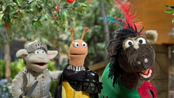 Wolle und Pferd verkleiden sich doch noch ganz fix. Jetzt kann es endlich losgehen. | Rechte: NDR/Sesame Workshop