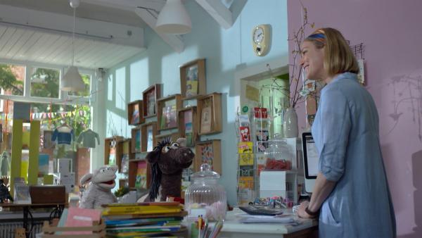 Julia hat eine Idee, wie Wolle und Schaf das Buch retten können. | Rechte: NDR/Sesame Workshop