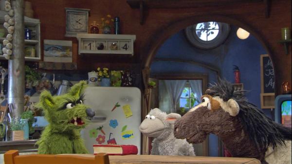 Der Wolf leiht Wolle und Pferd sein Lieblingsmärchenbuch. | Rechte: NDR/Sesame Workshop