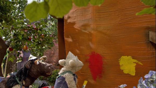 Wolle und Pferd haben beschlossen, ihre Möhre neu zu streichen, nur können sie sich einfach nicht einigen, in welcher Farbe: rot oder gelb? | Rechte: NDR/Sesame Workshop