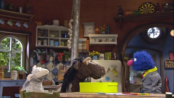 Wolle und Pferd lassen sich von Grobi neue Möbel zeigen, die er verkaufen will. | Rechte: NDR/Sesame Workshop