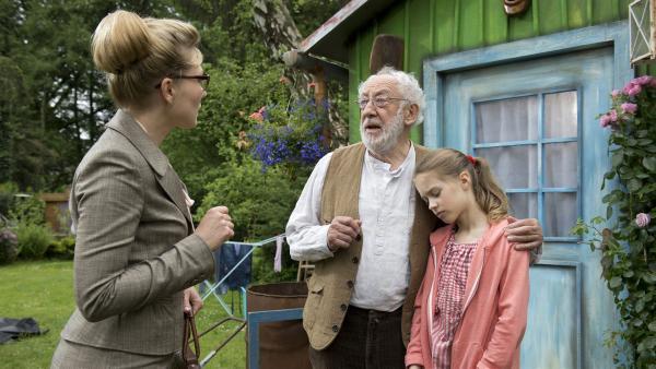 Frau Winkel will Emma ins Heim stecken. | Rechte: NDR/Sesame Workshop