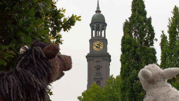 Wolle und Pferd sind fasziniert von der Turmuhr am Michel. | Rechte: NDR/Sesame Workshop