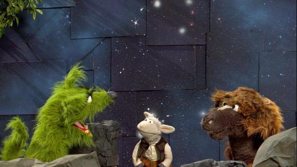 Der Wolf gibt als Regisseur seinen Freunden Anweisungen.   Rechte: NDR/Sesame Workshop