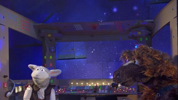 Wolle und Pferd in ihrer selbstgebauten Raumschiffkulisse | Rechte: NDR/Sesame Workshop