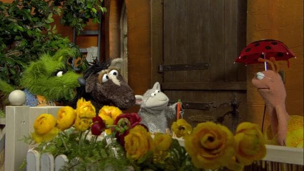 Finchen erinnert Wolle und Pferd an den Ersatzschlüssel unter der Fußmatte. | Rechte: NDR/Sesame Workshop