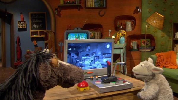 Wolle und Pferd schaien sich das Überwachungsvideo an. | Rechte: NDR/Sesame Workshop