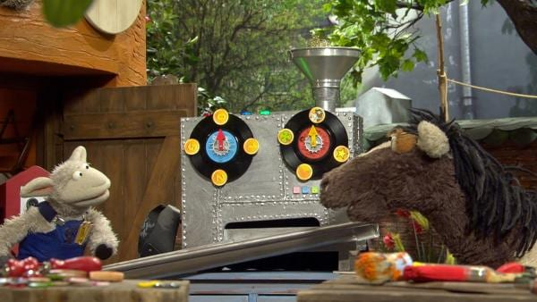 Wollt stellt mit einer Maschine sein eigenes Geld her. | Rechte: NDR/Sesame Workshop