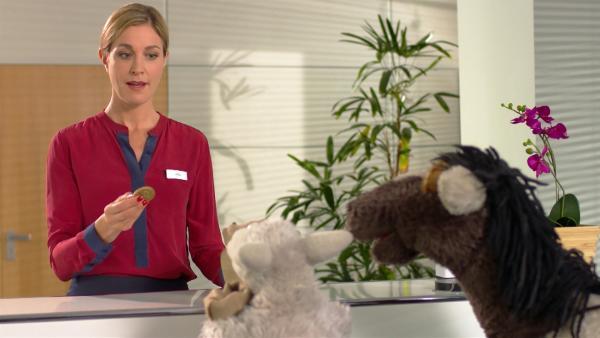 Julia erklärt, warum man mit Möhrentalern nichts kaufen kann. | Rechte: NDR/Sesame Workshop