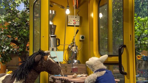 Wolle hat aus der Telefonzelle eine Kakaomaschine gebaut.   Rechte: NDR/Sesame Workshop