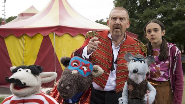 Wolle, Pferd, Zirkusdirektor Roberto Grimm (Dietmar Bär), Lotta (Mavi Bosse) und Frido, die fiese Ratte   Rechte: NDR/Robert Naczynski