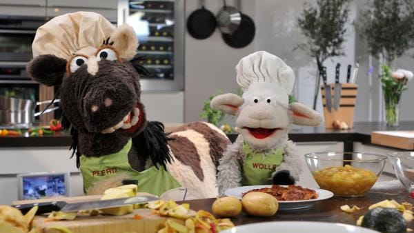 Pferd und Wolle lernen bei Steffen Henssler kochen.   Rechte: NDR/UWE ERNST