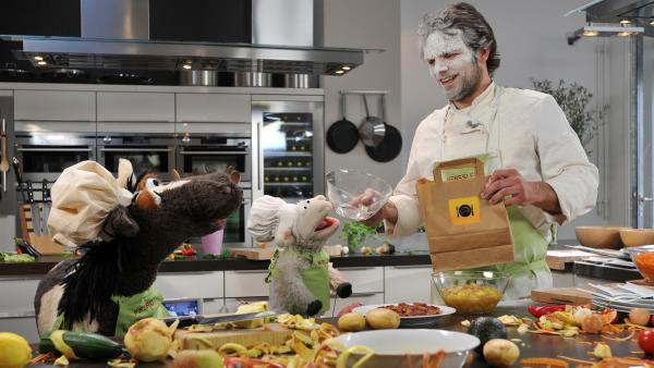 Pferd und Wolle lernen bei Steffen Henssler kochen. Dabei passiert ein Malheur mit dem Mehlsack... | Rechte: NDR/UWE ERNST