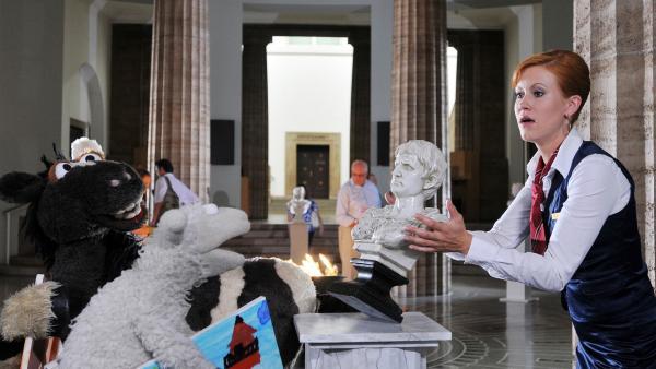 Wolle und Pferd gehen ins Museum zu Wolke Hegenbarth. Als sie in die Ausstellungshalle kommen, kann Wolke nur knapp ein Mißgeschick verhindern... | Rechte: NDR/UWE ERNST