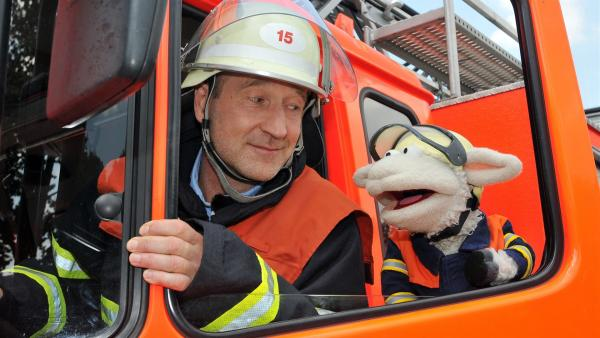 Wolle will Feuerwehrmann werden - Peter Lohmeyer fährt mit ihm zum Einsatz. | Rechte: NDR/UWE ERNST
