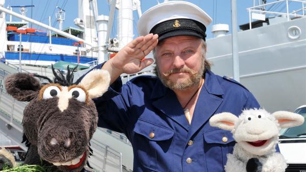 Wolle und Pferd wollen hinaus in die Welt und möchten dazu als Matrosen auf einem Schiff anheuern. Der Kapitän (Axel Prahl) zeigt ihnen, worauf sie an Bord achten müssen. | Rechte: NDR/UWE ERNST