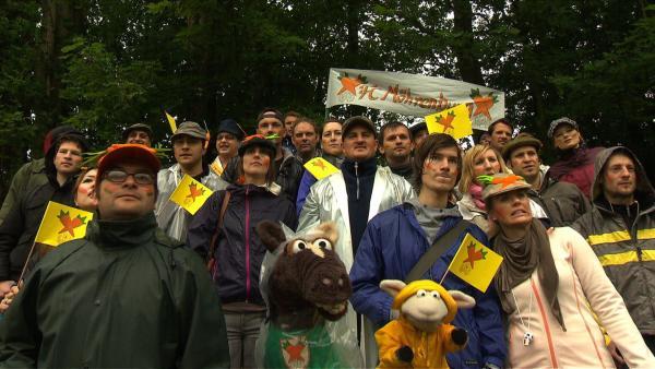 Der FC Möhrenburg spielt – Pferds Lieblings-Fußballmannschaft! Deshalb will er heute unbedingt allen sein neues Vereins-Trikot zeigen. Nur zu dumm, dass es in Strömen regnet. | Rechte: NDR/Studio Hamburg
