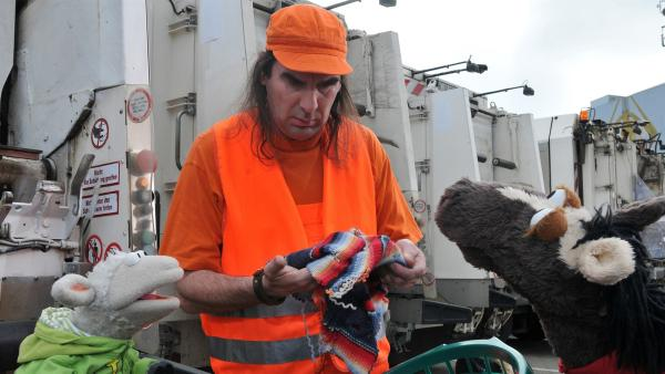 Ein Müllmann (Guildo Horn) zeigt Pferd und Wolle, was man aus Schrott noch alles machen kann. | Rechte: NDR/UWE ERNST
