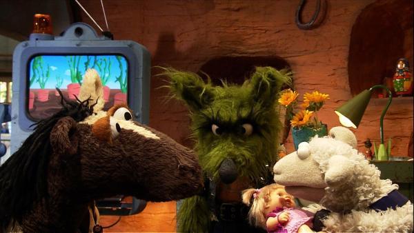 Pferd und Wolle bauen gerade ein Baumhaus. Doch dann kommt der Wolf vorbei und plötzlich wird Puppe Viola doch ganz interessant... | Rechte: NDR/Studio Hamburg