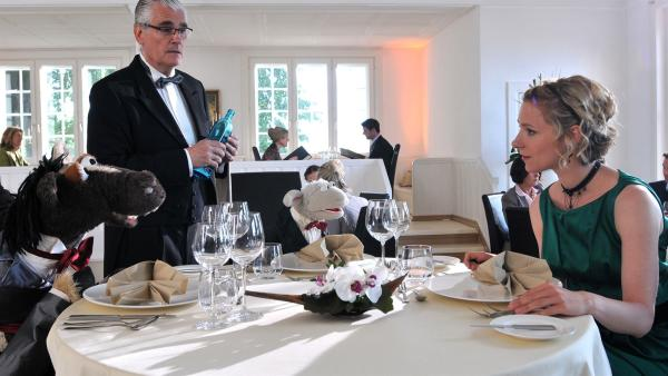 Wolle und Pferd sind eingeladen - in das schickste Restaurant der Stadt! Ob der strenge Oberkellner Jacques (Sky du Mont) sie jetzt aus dem Restaurant schmeißt? | Rechte: NDR/Uwe Ernst