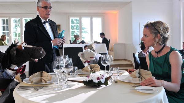 Wolle und Pferd sind eingeladen - in das schickste Restaurant der Stadt! Ob der strenge Oberkellner Jacques (Sky du Mont) sie jetzt aus dem Restaurant schmeißt?   Rechte: NDR/Uwe Ernst
