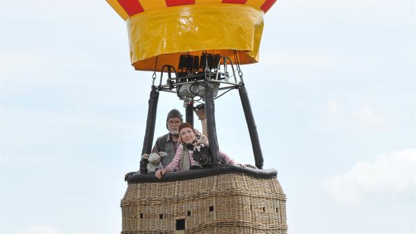 Pferd hat seine Flugangst überwunden und fliegt mit im Heißluftballon. | Rechte: NDR/UWE ERNST