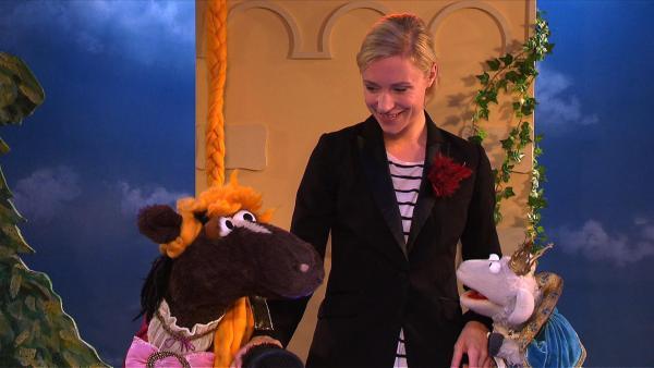 Wolle und Pferd proben für eine Theaterpremiere: Pferd spielt Rapunzel und Wolle den Prinz. | Rechte: NDR