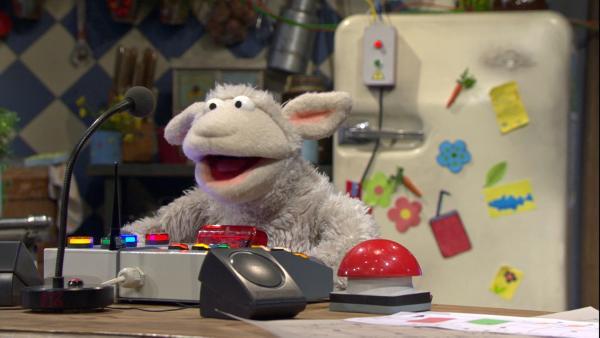 F. 113 Die Technomöhre: Wolle steht an einer Konsole mit Mikrofon | Rechte: NDR Foto: Screenshot