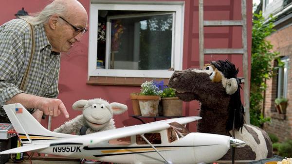 Pferd und Wolle besuchen den alten Herrn Wöllke. | Rechte: NDR/ Thorsten Jander Foto: Thorsten Jander