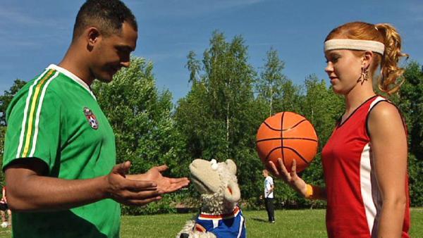 Wolle beim Fußball spielen   Rechte: NDR / Uwe Ernst