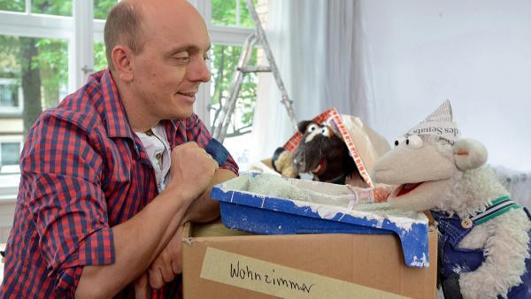 Wolle und Pferd besuchen den Komiker Bernhard Hoecker, bei dem gerade renoviert wird | Rechte: NDR Foto: Uwe Ernst