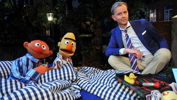 Max Raabe singt einen Song mit Ernie und Bert. | Rechte: NDR/Uwe Ernst