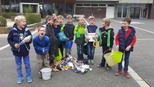 Sesamstraßen-Helfer bei der Arbeit. Christoph und die Jungs aus seiner Klasse sind Müllsammler. | Rechte: NDR