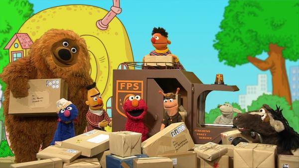 Elmo singt mit den Bewohnern der Sesamstraße den Nachbarschaftssong. | Rechte: NDR
