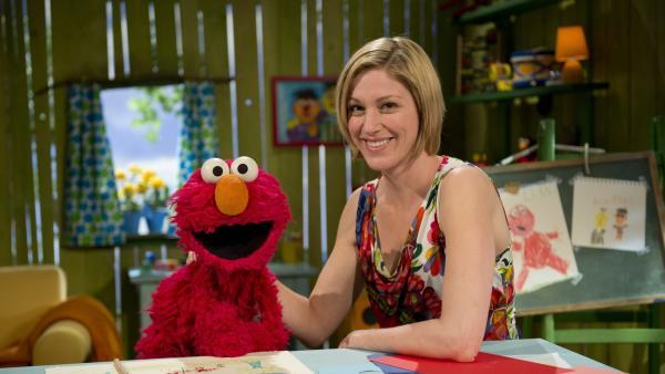 Julia will das Spielehaus entrümpeln, da hat Elmo was dagegen. | Rechte: NDR