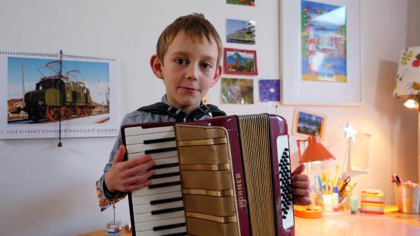Der 7-jährige Maximilian spielt Akkordeon – oder Ziehharmonika oder Schifferklavier oder Handorgel oder Quetschkommode. Für das Akkordeon gibt es viele Namen. Auf der Sesamstraßen-Bühne präsentiert er sein Lieblingslied: Oh Susanna! | Rechte: NDR/SesameWorkshop