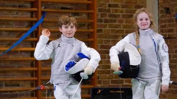 Der 8-jährige Emil ist ein Sesamstraßen-Talent. Er lernt Fechten. Mit seinem eigenen Schwert, das in der Fechtsprache Florett heißt, kämpft Emil im stoßsicheren Anzug. Auf der Sesamstraßen-Bühne tritt Emil gegen Mila an. | Rechte: NDR/SesameWorkshop