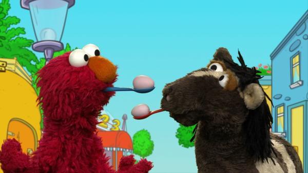 Wolle und Pferd spielen Sportpantomime.  | Rechte: NDR/SesameWorkshop