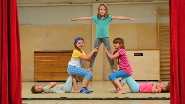 Die 6-jährige Finja ist ein Sesamstraßen-Talent. Sie kann Akrobatik. Richtig toll sieht das aus, wenn sie zusammen mit den anderen Kindern turnt und Pyramiden baut – auf der Sesamstraßen-Bühne! | Rechte: NDR/SesameWorkshop