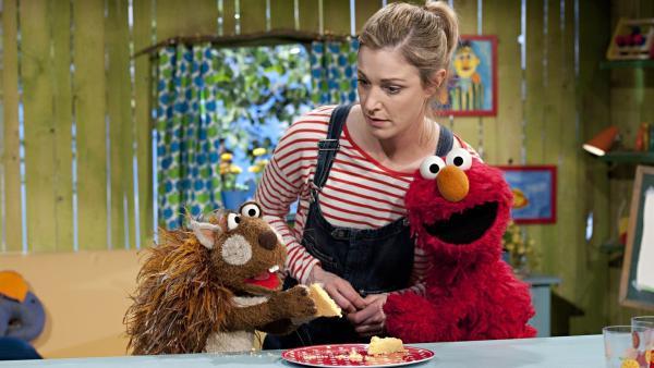 Elmo und Julia teilen sich einen Kuchen. Leider werden sie dabei vom Kuchen fressenden Eichhörnchen beklaut.  | Rechte: NDR/SesameWorkshop