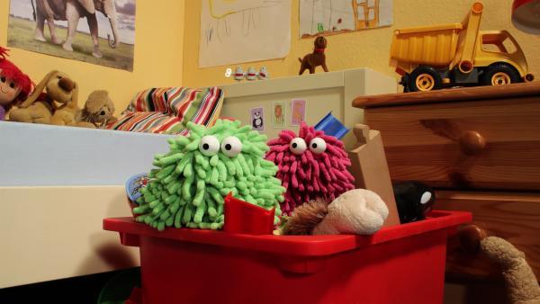 Erforschen eine Spielzeugkiste: Wisch und Mop. | Rechte: NDR/Trikk17