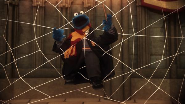 "Krümelmonster in der ""Harry Potter"" Parodie: ""Fella Potter und der Kekse-Kelch"" | Rechte: NDR/Sesame Workshop"