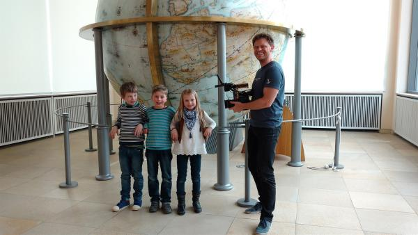Josephine, Jakob und Lloyd mit Kameramann Riccardo vorm Gottorfer Globus (v.L.n.R.) | Rechte: NDR/Astrid Reinberger