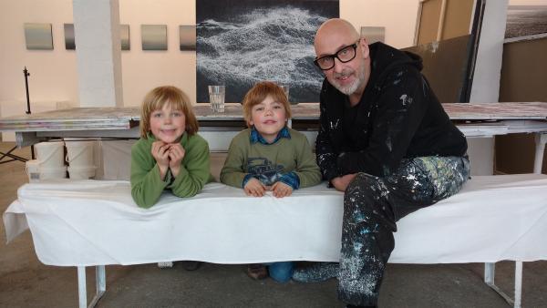 Jochen Hein hat das Meer gemalt, Anton und Konrad finden die Wellen toll. | Rechte: NDR/Astrid Reinberger
