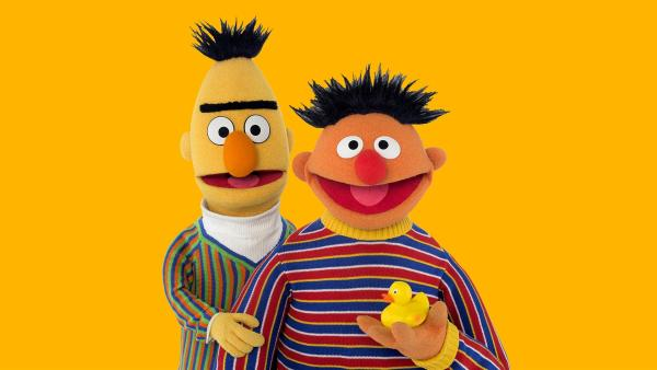 Ernie (r.) will Bert (r.) zum Lachen bringen | Rechte: NDR/Thorsten Jander
